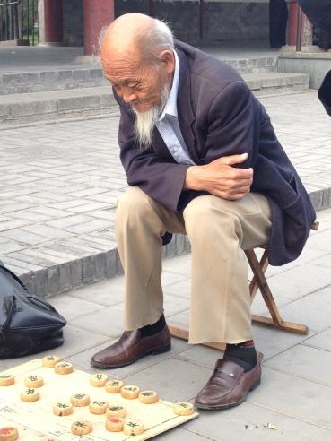 Nachdenklich in China beim Brettspiel