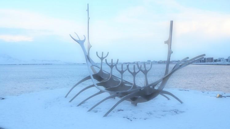 Wikingerboot-Skulptur Sonnenfahrt