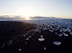 """""""Eisdiamanten"""" am Strand in der Nähe der Gletscherlagune"""