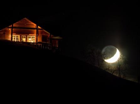 Ferienhütte mit Mond bei Gotli