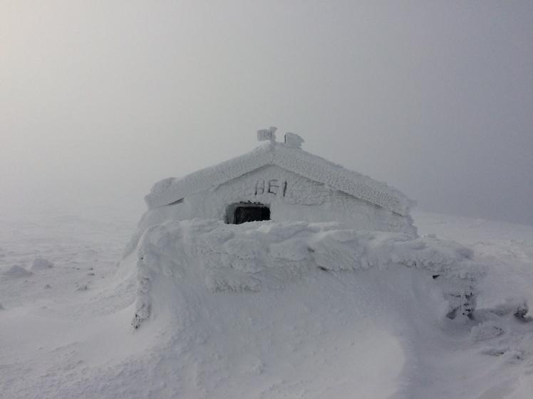 Verschneite Berghütte auf dem Storhornet