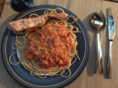 Spaghetti mit Tomatensauce und Lachs