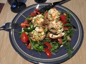 Gefüllte Champignons auf Salat