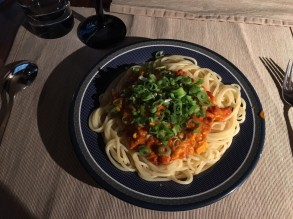 Spaghetti mit Tomaten-Paprika-Soße und Frühlingszwiebeln