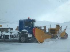 Unsere Begleitfahrzeuge: Schneeschieber und -fräse