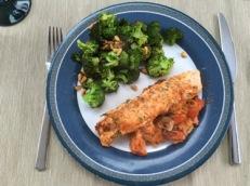 Tomaten-Lachs mit Estragon an Pinien-Brokkoli