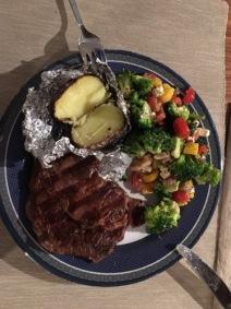 Folienkartoffel und gegrilltes Steak an Brokkoli-Gemüse