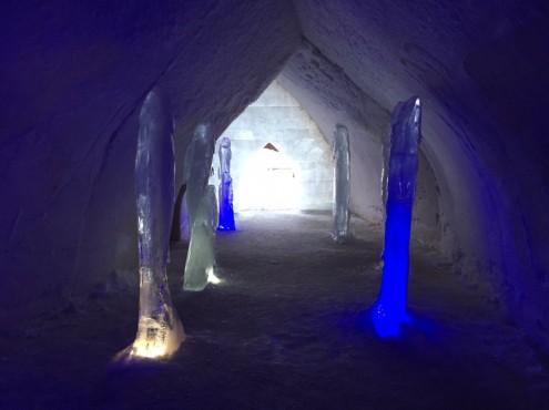 Fischskulpturen aus Eis im Eingangsbereich des Eishotels