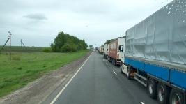 Schnell vorbei an den LKW, die auf die Abfertigung warten