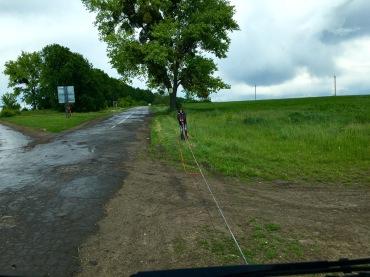mit der Seilwinde auf die Verkehrsinsel