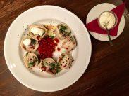Russische Küche in einer Grillbar in der Newski-Prospekt: Mit Fleisch gefüllte Dumplings, Johannisbeeren und roter Pfeffer
