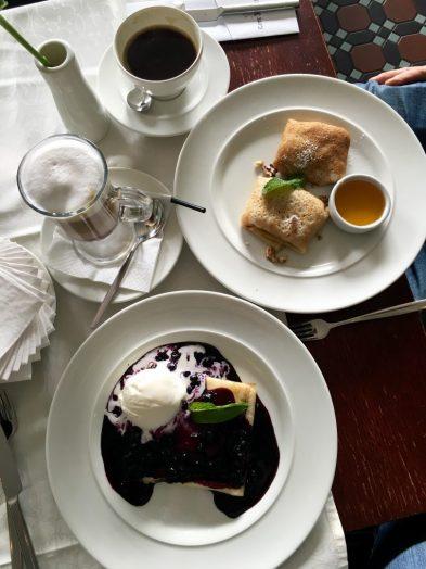 """Frühstück im """"Café Singer"""": Kaffee und Plinze"""