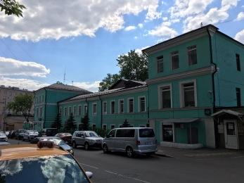 Polizeigebäude: links Eingang Polizei, rechts Eingang Migrationsbehörde