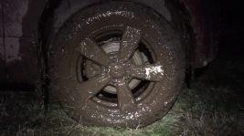 Nachdem der Traktor die Pkw herausgezogen hat