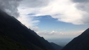 Blick ins Tal während des Abstiegs; das Gewitter über uns
