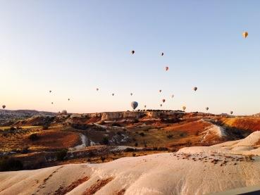 Aufsteigende Heißluftballons in Kappadokien