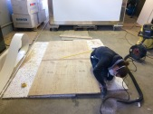 Die Sorge-Wand: zwei verschiedene Beschichtungen machen die Wand krumm; hier arbeiten wir gerade die Aussparung für die Aluwinkel heraus