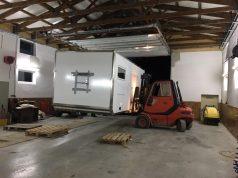 Kabine wird in der neuen Halle positioniert