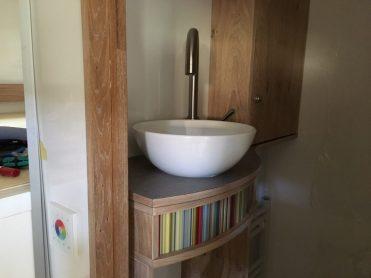 Barschränke, eingeklebtes Waschbecken, selbstgebauter Türrahmen