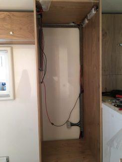 Kühlschrank-Schrank vor dem Einsetzen des Geräts