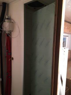Unsere Duschtür aus Plexiglas; oben und unten mit Platz für Luftaustausch