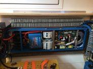 Unsere Blue-Box: Easy Solar von Victron vereint 230-Volt-Landanschluss inkl. FI, Ladegerät 70A, Inverter 1600W