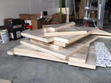 Mit PVC beklebte Holzplatten beim Trocknen