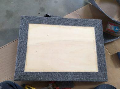 fertige Zwischenbodenplatte von unten mit beklebten Rippenfilz