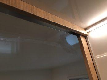 Bau der Schiebetür: Blende für den Sichtbereich oben; dahinter Alu-U-Profil