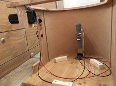 Beim Bau der Trenntoilette: vorn das Rohr zum Urintank, links Ventilator