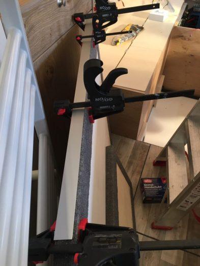 Letzte Zwischenbodenplatte: Einstiegsseite wird mit Alu-L-Profil direkt auf Holz beklebt