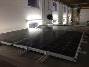 Photovoltaik-Module auf dem Dach; die Schrauben sind provisorisch und werden noch getauscht
