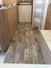 fertiger Zwischenboden mit Laschen zum Herausnehmen der einzelnen Platten; vorn links Eingangsstufe mit Alu-L-Profil für längere Haltbarkeit