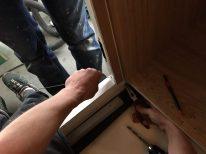 Alex baut Sensoren für Alarmanlage in die Eingangstür
