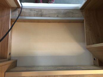 Der Einstieg: rechts und links Blenden unter den Schränken, vorn Tritt aus 28mm Sperrholz beklebt mit PVC und Alu-L-Profil auf kleinem Podest; unten im Bild: Blende mit Alu-Gitter, dahinter Heizkörper von ALDE