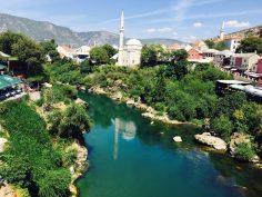 Die Neretva, die durch Mostar fließt