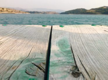Auf eine der Badeplattformen am Bilećko jezero