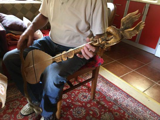 Radomir spielt auf dem 50 Jahre alten Instrument