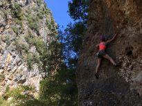 Klettern an den Wänden im Canyon am Gjipe-Strand