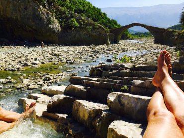 Schwefelbad mit Blick auf die alte Brücke
