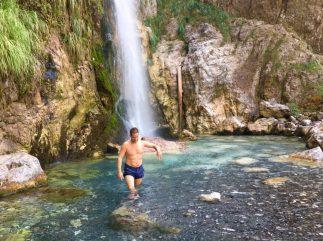 Abkühlung am Grunas-Wasserfall