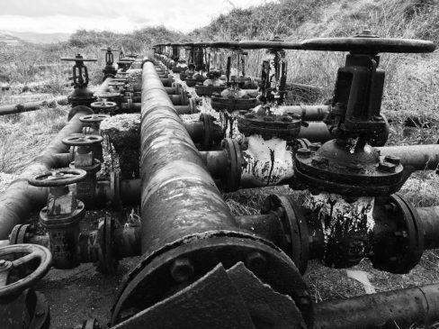 Verrottende Relikte aus früher Ölförderung in Viskos bei Ballsh