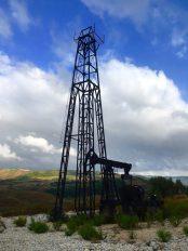 Förderturm mit Pumpe in Viskos bei Ballsh vor schöner Kulisse