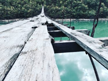 Verlassene Hängebrücke in Albanien