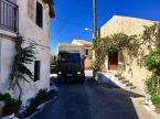 Benz schlängelt sich durch die engen Straßen Korfus