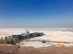 Schiffswrack im Urmiasee - die Größe des Sees ist bereits um mehr als ein Drittel geschrumpft!