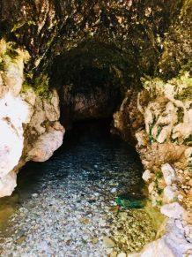 Die begehbare Höhle von außen; vorne befindet sich das kleine Becken mit den knabbernden Fischen