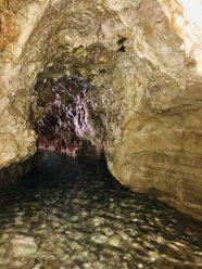 Begehbare Höhle mit warmem Wasser im Sardar Canyon