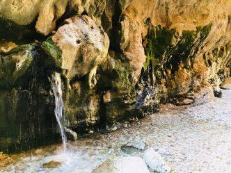 Warmes Wasser fließt aus den Felswänden im Sardar Canyon