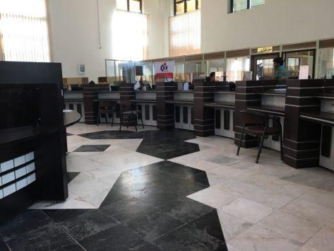 In der Zollabfertigung in Bandar Abbas: hier müssen wir an drei verschiedene Schalter allein in diesem Raum; nebenan sind noch mal zwei Räume, in denen wir Unterschriften und Stempel abholen müssen
